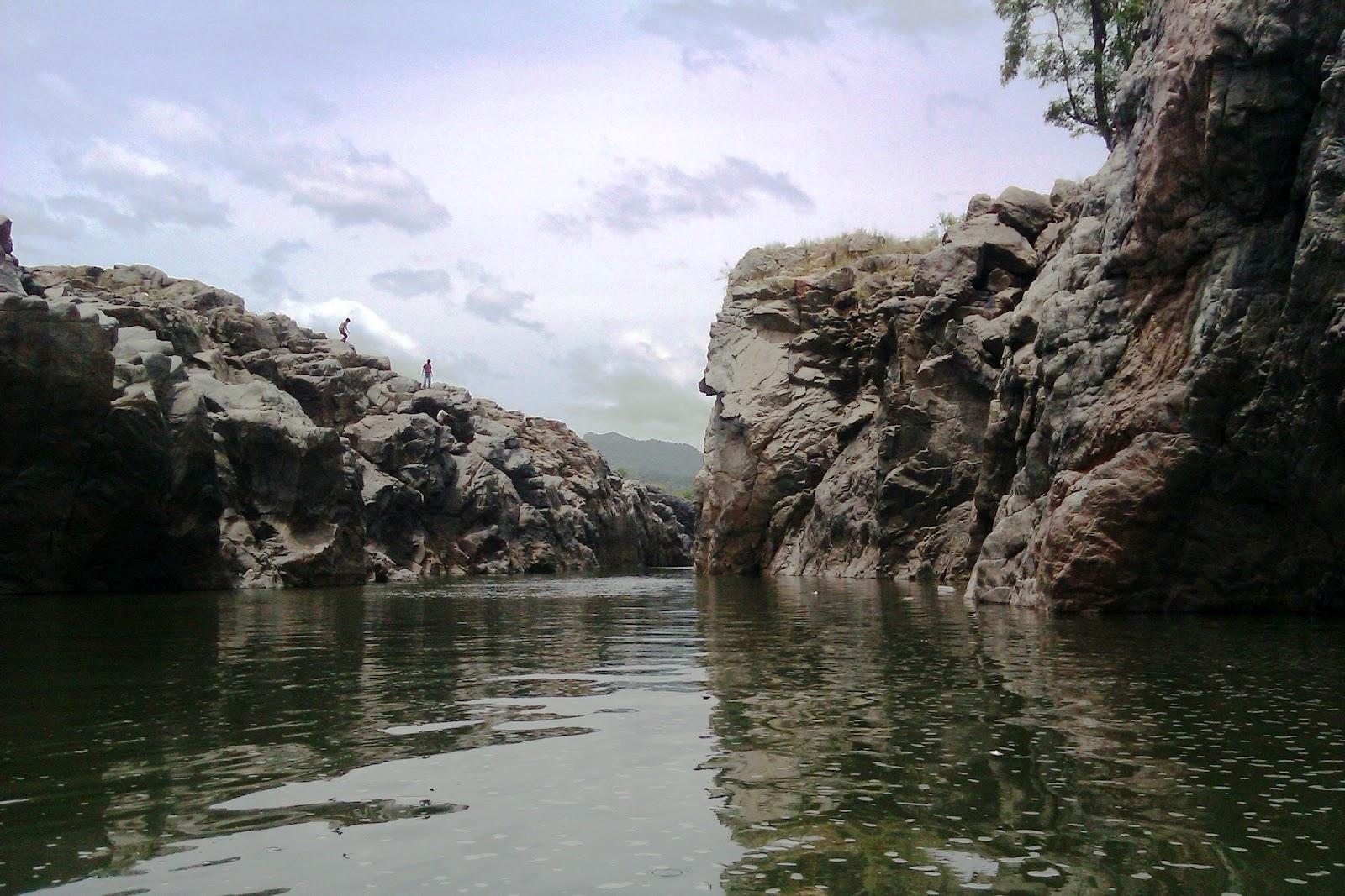 The gorge on both sides of river Kaveri at Hogeynakal